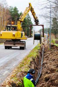 Bild på när bredband grävs ner längs med landsväg