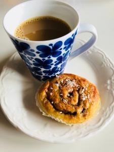 Bild på nybakad kanelbulle och en kopp kaffe