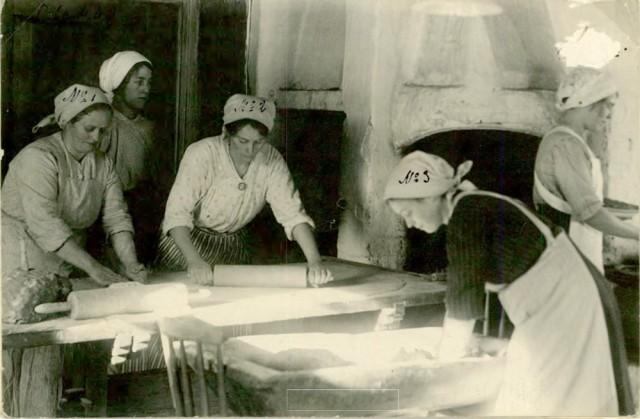 Fem kvinnor som bakar bröd i Dalarna år 1929.
