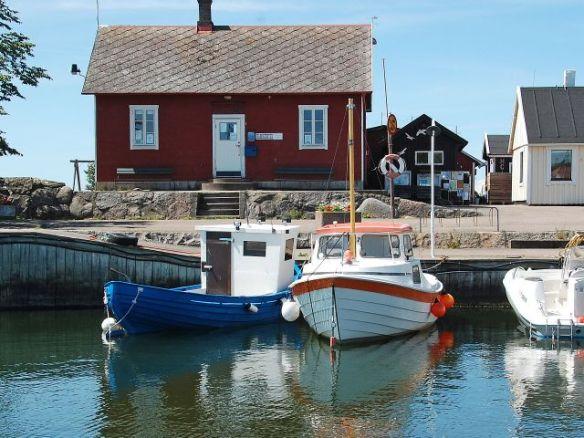 Foto av fiskehamn i sommarskrud.