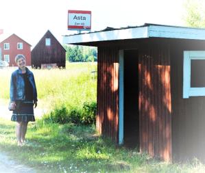 Foto på busskur som heter Asta och skribent Asta bredvid