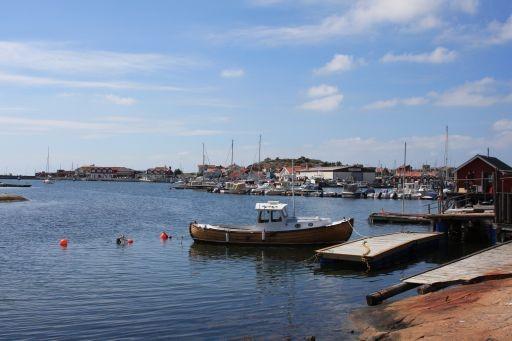 Bild på en småbåtshamn på sommaren